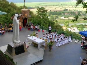 Thuê xe du lịch 16 chỗ đi hành hương Đức Mẹ Tà Pao
